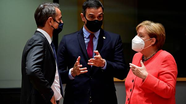 Kyriakos Mitsotakis. Pedro Sánchez y Angela Merkel  hablando en la Cumbre de Bruselas