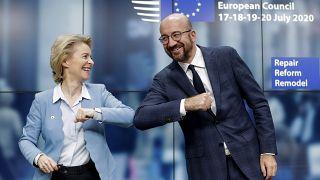 La presidenta de la Comisión Europea y el presidente del Consejo Europeo felicitándose tras el acuerdo e