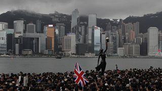آلاف المتظاهرين يحملون العلم البريطاني بالقرب من ميناء هونغ كونغ