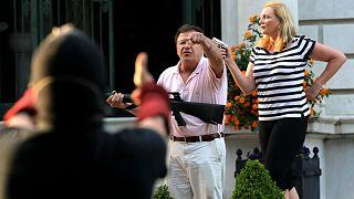 ABD'nin St. Louis kentinde göstericilere silah doğrultan Mark ve Patricia McCloskey çifti