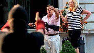 الزوجان مارك وباتريشيا مكلوسكي يوجهان الأسلحة ضد المتظاهرين، سانت لويس، ميسوري، الولايات المتحدة الأمريكية 28 يونيو 2020