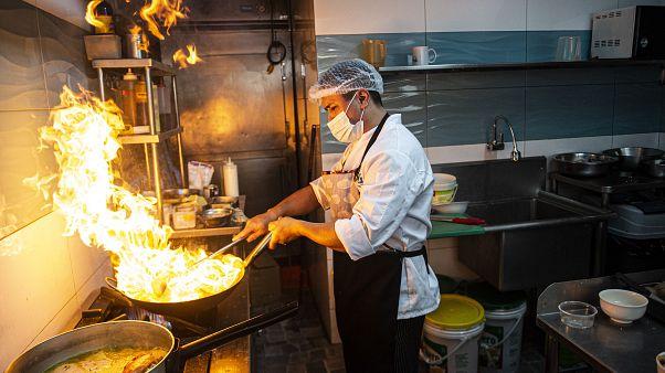 Un cocinero trabaja en un restaurante de Perú