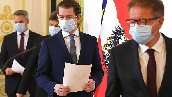Péntektől újra kötelező a maszk Ausztriában