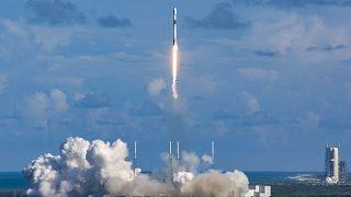 """صاروخ فالكون 9 يحمل القمر الصناعي """"أناسيس 2"""" منطلقاً من محطة كيب كانافيرال الجوية في فلوريدا"""