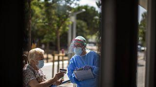 Una mujer es atentida en un hospital de L'Hospitalet, Cataluña, España