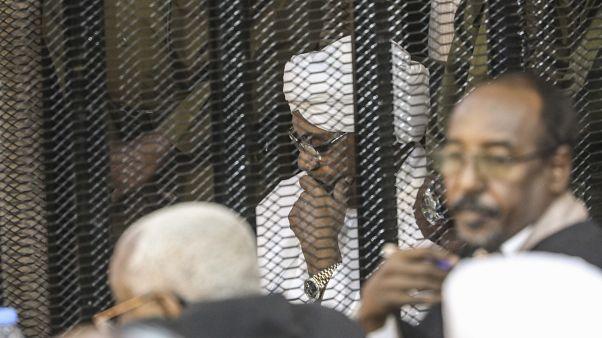 الرئيس السوداني السابق عمر البشير أثناء محاكمته بتهم تتعلق بالفساد، الخرطوم، أغسطس 2019