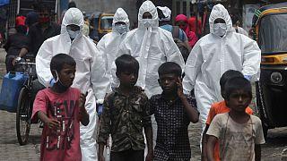 Hindistan'ın Mumbai kentinde Covid-19 testi yapmak için bir semte giden sağlık görevlileri