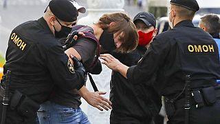 Az ellenzéki elnökjelöltek elutasítása ellen demonstrálók őrizetbe vétele, Minszk, 2014. július 14.