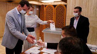 الرئيس السوري بشار الأسد وزوجته أسماء يصوتان في مركز اقتراع في الانتخابات البرلمانية في دمشق، سوريا الأحد 19 يوليو 2020.