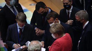 Varios líderes europeos, entre ellos, Angela Merkel y Pedro Sánchez negociando durante la cumbre