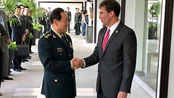 وزير الدفاع الصيني وي فنغ (إلى اليسار) ووزير الدفاع الأمريكي مارك إسبر في بانكوك، تايلاند، الاثنين 18 نوفمبر 2019.