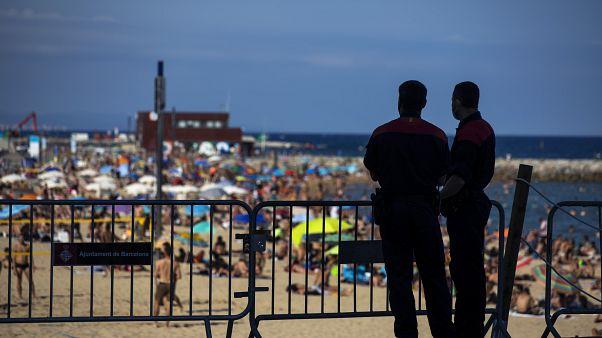 Policía frente a la playa en Barcelona