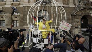 Vivienne Westwood se enjaula en Londres