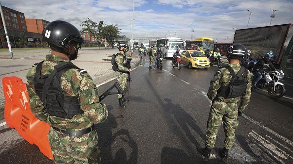 جنود يغلقون شارعًا في حي كينيدي في بوغوتا، كولومبيا.