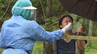 Toma de muestras nasales a una mujer para detectar la presencia de la COVID-19 en Panamá