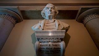 تمثال نصفي لرئيس القضاة الأسبق روجر تاني داخل مبنى الكونغرس
