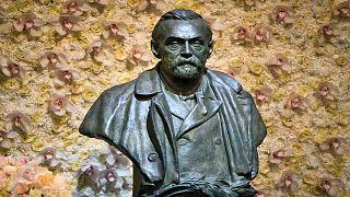 تمثال برونزي لألفريد نوبل معروض في حفل جائزة نوبل في قاعة الحفلات في ستوكهولم  بالسويد.
