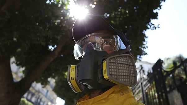عامل يقوم بتطهير طريق لمنع انتشار فيروس كورونا في الجزائر العاصمة ،