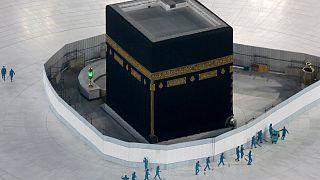 عمال يطهرون الأرض حول الكعبة، مكة المكرمة المملكة السعودية.