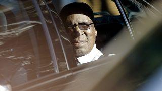 Le 1er juillet 2013, Andrew Mlangeni, camarade de prison de Nelson Mandela, rend visite à l'ancien président sud-africain à l'hôpital de de Pretoria, en Afrique du Sud.