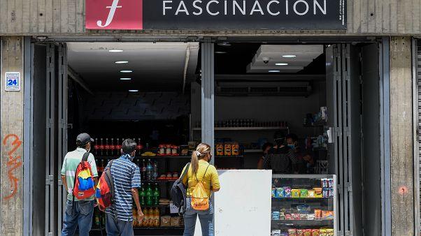محل أحذية تحول لبقالية لمتجر لبيع المواد الغذائية