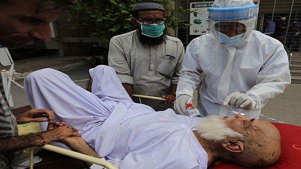 """سوق سوداء لبلازما الدم في باكستان لـ""""علاج"""" مرضى كوفيد-19!"""