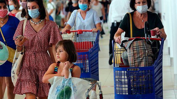 Des cliens portent le masque dans un supermarché à Anglet dans le sud-ouest de la France, le 20 juillet 2020