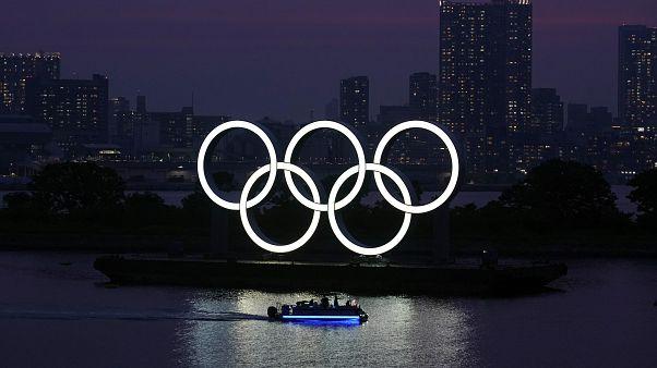 الحلقات الأولمبية تطفوا على الماء في طوكيو.