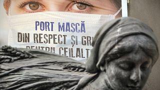 Maszk használatát népszerűsítő plakát Bukarestben 2020. július 16-án