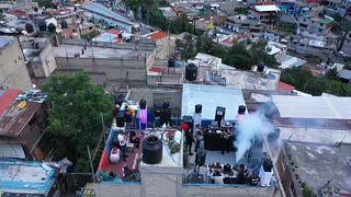 Πάρτι - θεραπεία χαράς από τον κορονοϊό στις ταράτσες του Μεξικού