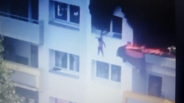 A szomszédok mentették meg a tűz elől lakásukból kiugró gyermekek életét