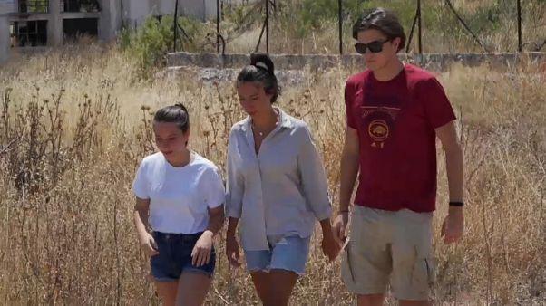 Tre giovani sopravvissuti agli incendi in Grecia del 2018.