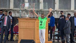 يلوح رئيس الوزراء الإثيوبي آبي أحمد للجمهور في ميدان في العاصمة أديس أبابا، إثيوبيا، السبت 23 يونيو 2018