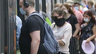 La gente usa máscaras faciales para protegerse del coronavirus cuando viajan en el transporte público en Viena, Austria, el 15 de julio de 2020.