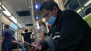 Koronavirüs ile mücadele kapsamında dünyanın bir çok ülkesinde toplu taşımaya maske ile biniliyor