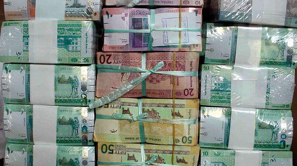 الحكومة السودانية تُقرّر خفض قيمة عملة البلاد بسبب عجز الموازنة