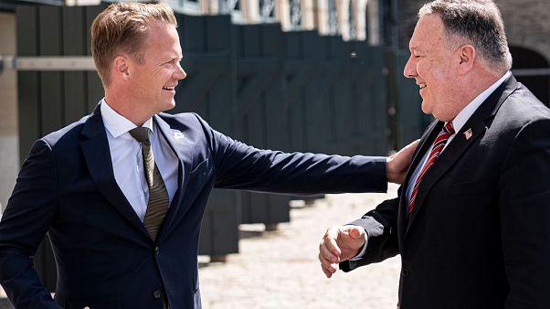 El secretario de estado estadounidense, Mike Pompeo, con su homólogo danés, Jeppe Kofod