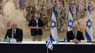 رئيس الوزراء الإسرائيلي بنيامين نتنياهو، ووزير الدفاع بيني غانتس في الكنيست