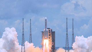 La fusée chinoise Longue-Marche 5 s'élance depuis Hainan avec la sonde Tianwen-1 à bord.