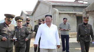 كيم جونغ أون، الزعيم في كوريا الشمالية خلال زيارته مزرعة الدواجن.