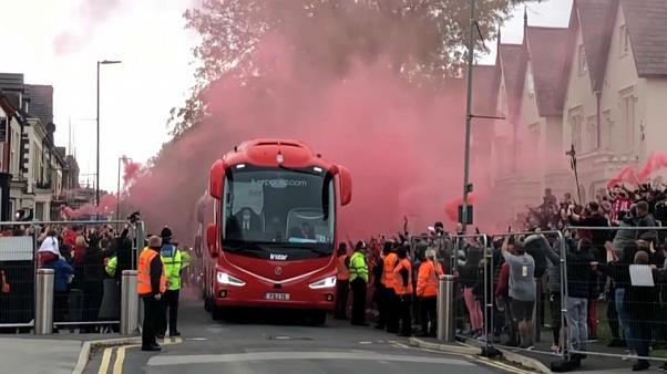 El autobús del Liverpool, llegando a Anfield