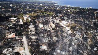 Vista aérea de la zona calcinada durante los violentos incendios en Mati (Grecia)
