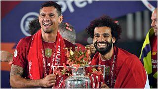 لاعبون من فريق ليفربول يحتلفون بلقب الدوري الممتاز