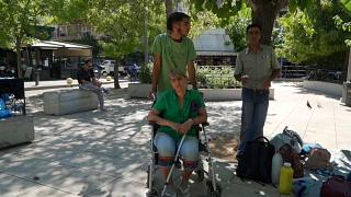 Tres refugiados posan para Euronews en la plaza Victoria de Atenas