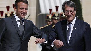 Fransa Cumhurbaşkanı Emmanuel Macron Kıbrıs Cumhurbaşkanı Nicos Anastasiades ile selamlaşırken