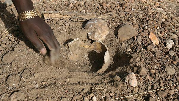 العثور على رفات داخل مقبرة جماعية في دارفور عام 2007