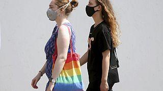 Maszkot ivselő nők Bécsben 2020. július 21-én