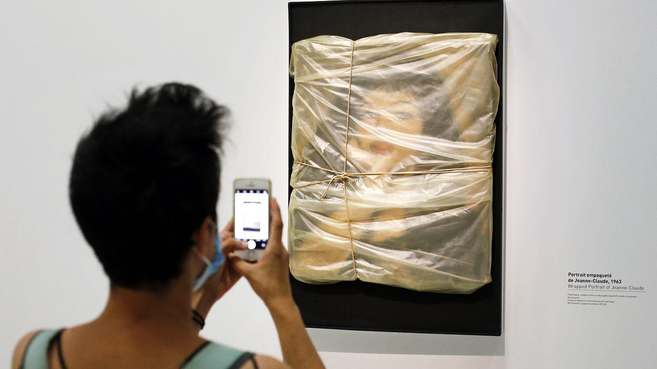 """Christo-Ausstellung in Paris: """"Verhülltes Porträt von Jeanne-Claude, 1963"""""""