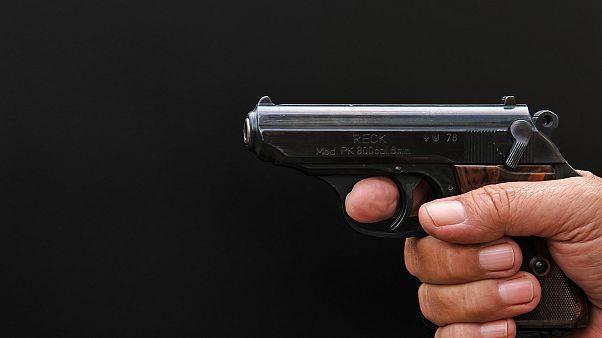 صورة لسلاح بيد رجل