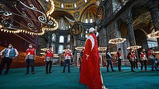 Ein Mann betrachtet das Innere der Hagia Sophia